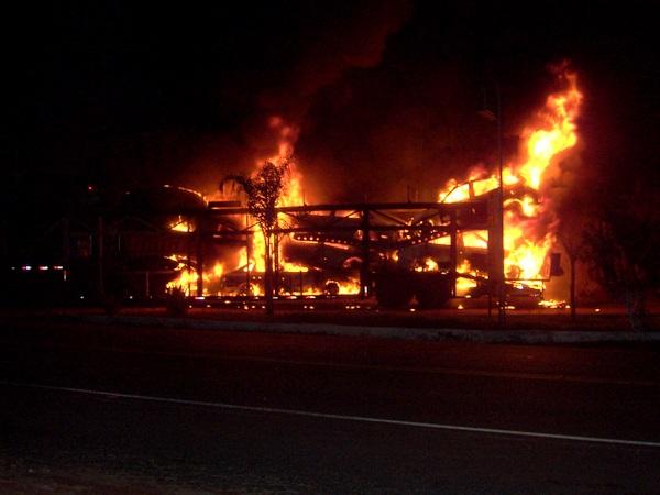 """""""Cegonheira"""" pega fogo e oito carros são destruídos."""