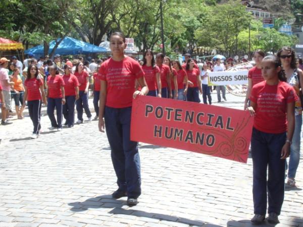 Manhumirim: desfile homenageia município pelos seus 85 anos
