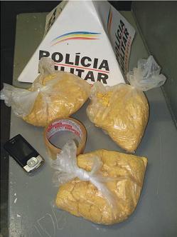 Policia Militar apreende mais de 2 kg de drogas em Fervedouro.
