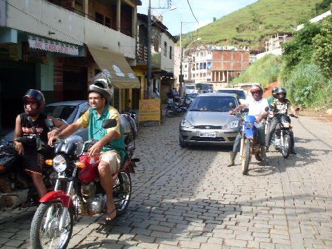 Carreta congestiona transito em Carangola