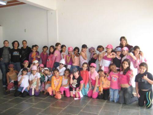 """Equipe Técnica do CRAS I """"Costurando Sonhos"""", Profª. Márcia Valadão juntamente com suas alunas da Escola de Dança Meia-Ponta, e suas novas alunas, as crianças usuárias do CRAS I"""