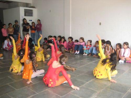 """Alunas da Escola de Dança Meia-Ponta se apresentando no CRAS I """"Costurando Sonhos"""""""