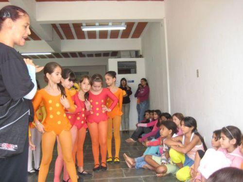 Profª. Márcia Valadão falando às crianças usuárias do CRAS I sobre o trabalho que realiza com as alunas da Escola de Dança Meia-Ponta
