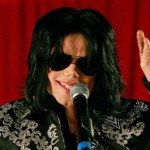 Michael Jackson sofre parada cardíaca e morre em Los Angeles aos 50 anos