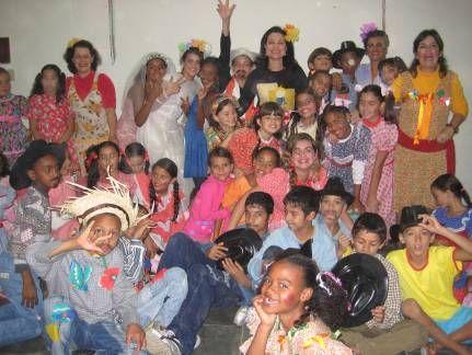 """1ª Festinha do CRAS I """"Costurando Sonhos"""" – equipe técnica e crianças usuárias do CRAS em confraternização"""