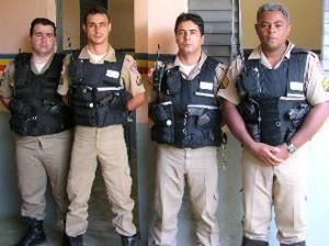 """SubTen. Gonçalves (D), Comandante do Pelotão """"Patrulha Rural"""" do 11o BPM, ladeado por parte da equipe."""