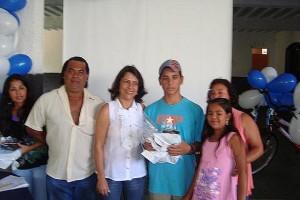 Ao centro, Secretária da Educação Neide e o  aluno Josen Anthone da Silva