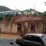 Com as chuvas muro começa a cair e ameaça escola.