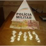 Policiais da 75ª Cia.Esp.PM de Carangola prendem 02 cidadãos por tráfico de drogas.