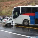 Quatro pessoas morrem em acidente entre Corsa e ônibus da Rio Doce.