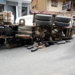 Manhuaçu - Rua afunda, caminhão tomba e atinge dois carros