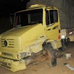 Uma pessoa morre e outra fica gravemente ferida em acidente entre caminhão e Fusca na 116