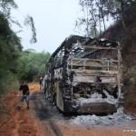 Ônibus de estudantes do Divino é assaltado e queimado.
