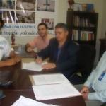Prefeito de Manhumirim assina contrato de abertura de crédito para compra de caminhões e máquinas.