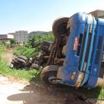 Carga da carreta que caiu no Rio São João em Espera Feliz foi saqueada por populares.