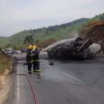 Caminhão de combustível explode na BR-262, motorista fica ferido
