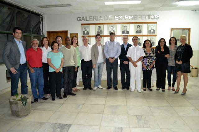 Prefeito Nailton Heringer ladeado pelos representantes do Conselho Municipal do Patrimônio Cultural de Manhuaçu