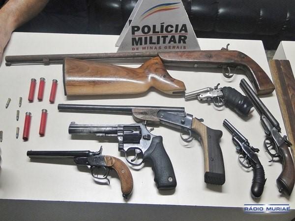 PM prende duas pessoas e apreende sete armas em Carangola.