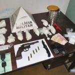 PM prende homem com 1 kg de cocaína e arma dentro de veículo.