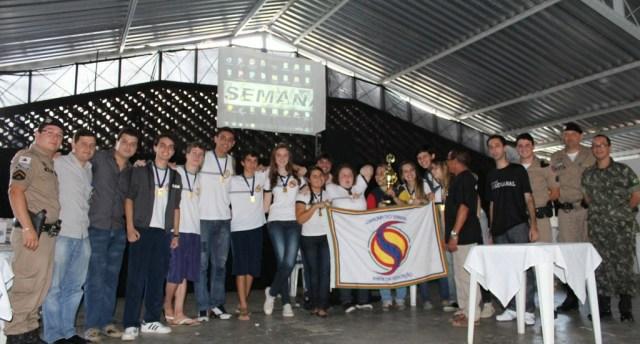 Militares do PROERD e do JCC de Carangola participaram de uma gincana cultural estudantil.