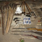 Policia Militar de Fervedouro apreende grande número de armas.