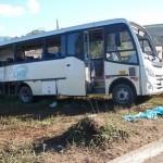 Colisão entre carreta e micro-ônibus mata um e deixa oito feridos.