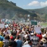 Manifestantes bloqueiam BRs 262 e 116 por causa do café.