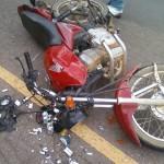 Motociclista tenta desviar de cão e sofre acidente.