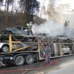 Cegonheira pega fogo e oito carros são destruídos.
