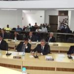 Câmara de Manhuaçu aprova fim do voto secreto e vereadores denunciam perseguição política.