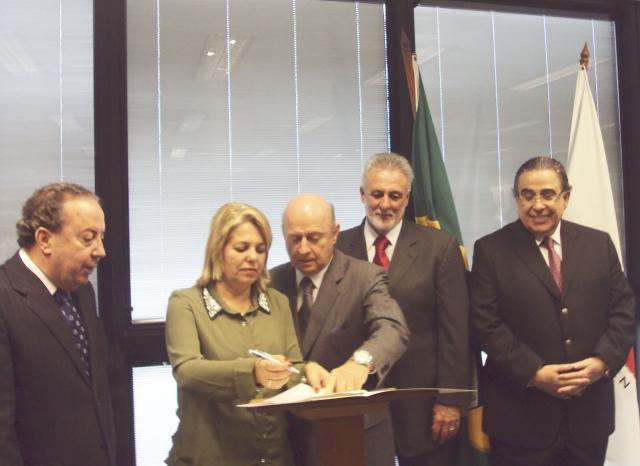 A Prefeita Darci Braga, ao lado do deputado Braulio Braz no momento da assinatura do convênio