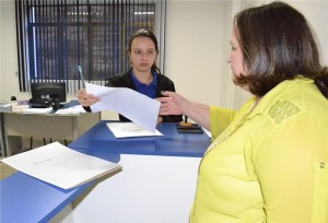 A secretária Gelvânia Marques no momento da entrega do projeto na Câmara de Vereadores