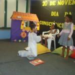 Manhuaçu-Crianças do CAIC apresentam teatro sobre o dia da Conciência Negra.