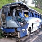 Acidente entre caminhão e ônibus deixa ao menos 15 feridos, na BR-116, em Fervedouro.