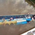 Bombeiros encontram corpo de passageira do ônibus que caiu no Rio Glória.