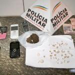PM de Carangola apreende drogas e traz 5 suspeitos para a DP do Safira, incluindo 3 menores.