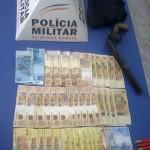PM de Reduto prende assaltantes de posto, arma e recupera dinheiro.