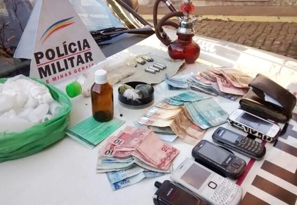 Foram recolhidas 90 pedras de crack, R$ 1.500, e 10 munições; entre os detidos está uma menor