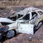 Viatura da Policia Militar de Carangola capota e é consumida pelo fogo.