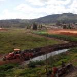 Prefeitura de Manhuaçu inicia limpeza de córrego nos Distritos.