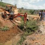 Limpeza de Córrego beneficia população em Santo Amaro de Minas.