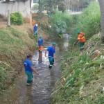Manhuaçu-SAMAL e Secretaria de Obras realizam limpeza de córrego.