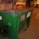 Policia prende suspeitos de atear fogo em container de lixo.