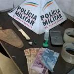 Carangola - PM apreende drogas e três jovens.