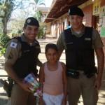 Policiais são homenageados em escola de Fervedouro pelo dia do amigo.