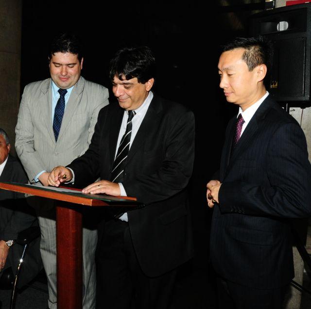 Presidente da Emater-MG, Amarildo Kalil, assina convênio com o BB