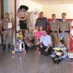 Policia Militar faz homenagem às crianças no Hospital do Câncer.