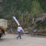 Famílias atingidas por chuva de granizo recebem telhas em Pedra Dourada.