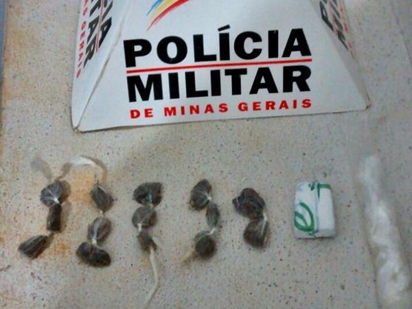 Segundo a PM, 15 porções da droga foram encontradas na casa do rapaz