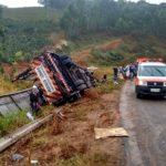 Cegonheira tomba na BR-116 em Fervedouro e  duas pessoas ficam feridas.